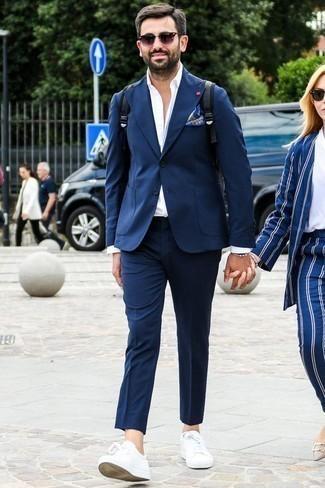 Combinar un pañuelo de bolsillo estampado azul: Elige un traje azul marino y un pañuelo de bolsillo estampado azul para un look diario sin parecer demasiado arreglada. Tenis de cuero blancos son una sencilla forma de complementar tu atuendo.