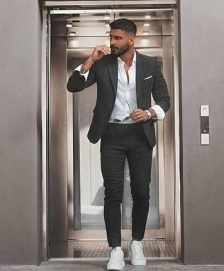 Combinar un traje de rayas verticales en gris oscuro: Empareja un traje de rayas verticales en gris oscuro junto a una camisa de vestir blanca para un perfil clásico y refinado. Tenis de lona blancos contrastarán muy bien con el resto del conjunto.