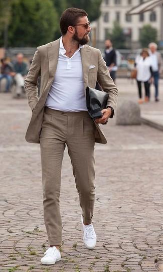 Look de moda: Bolso con cremallera de cuero negro, Tenis de lona blancos, Camisa polo blanca, Traje marrón claro