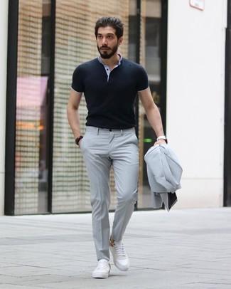 Cómo combinar: reloj de cuero blanco, tenis de cuero blancos, camisa polo negra, traje gris