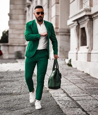 Cómo combinar: bolsa tote de cuero verde oscuro, tenis de cuero blancos, camisa polo blanca, traje verde