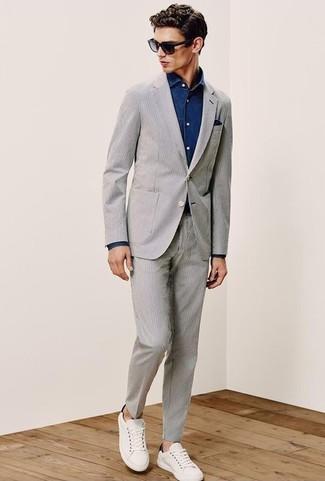 Cómo combinar: pañuelo de bolsillo azul marino, tenis de cuero blancos, camisa vaquera azul marino, traje de seersucker gris