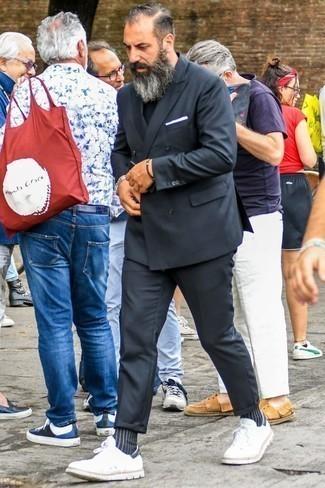 Combinar un traje en gris oscuro: Considera emparejar un traje en gris oscuro junto a una camiseta con cuello circular negra para crear un estilo informal elegante. Si no quieres vestir totalmente formal, opta por un par de tenis blancos.