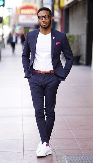 Combinar unos tenis de cuero en blanco y verde para hombres de 30 años: Haz de un traje azul marino y una camiseta con cuello circular blanca tu atuendo para después del trabajo. ¿Quieres elegir un zapato informal? Opta por un par de tenis de cuero en blanco y verde para el día.