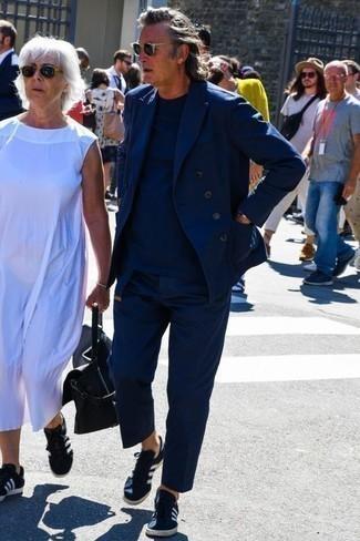 Combinar un traje azul marino: Ponte un traje azul marino y una camiseta con cuello circular azul marino para lograr un look de vestir pero no muy formal. ¿Quieres elegir un zapato informal? Elige un par de tenis de lona en azul marino y blanco para el día.