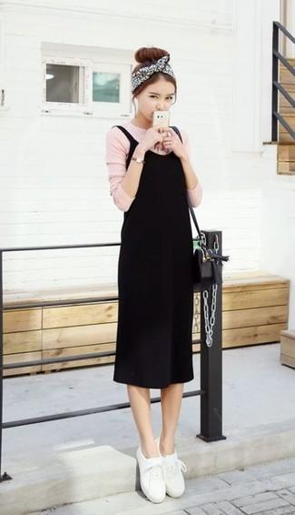 Cómo combinar: bolso bandolera de cuero negro, tenis de cuero blancos, camiseta de manga larga rosada, vestido de tirantes negro