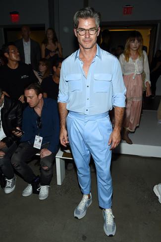 Outfits hombres estilo casuale: Empareja una camisa de manga larga de seda celeste con un pantalón chino celeste para cualquier sorpresa que haya en el día. ¿Quieres elegir un zapato informal? Usa un par de tenis celestes para el día.