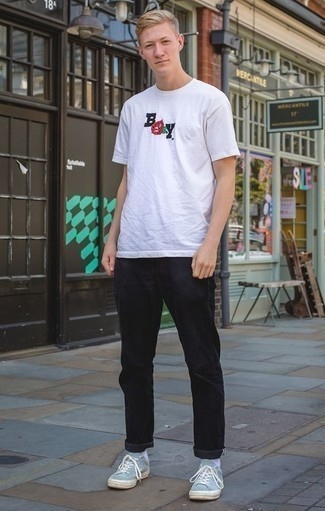 Combinar una camiseta con cuello circular estampada blanca: Una camiseta con cuello circular estampada blanca y un pantalón chino negro son prendas que debes tener en tu armario. Tenis de lona celestes son una opción buena para completar este atuendo.