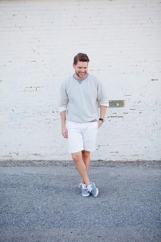 Outfits hombres: Elige un jersey con cuello circular celeste y unos pantalones cortos blancos para una vestimenta cómoda que queda muy bien junta. Tenis de lona celestes son una opción buena para completar este atuendo.