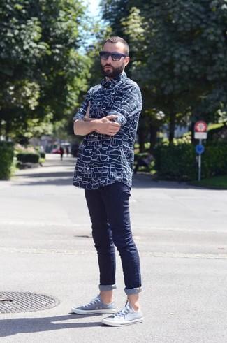 Cómo combinar: gafas de sol en negro y azul, tenis celestes, vaqueros pitillo azul marino, camisa de manga larga estampada azul marino