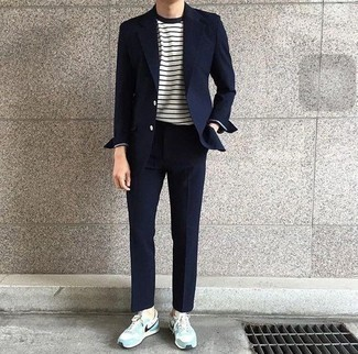 Combinar unos tenis de ante en turquesa: Empareja un traje azul marino junto a una camiseta de manga larga de rayas horizontales en blanco y azul marino para después del trabajo. Si no quieres vestir totalmente formal, opta por un par de tenis de ante en turquesa.