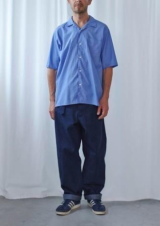 Combinar una camisa de manga corta azul: Considera ponerse una camisa de manga corta azul y un pantalón chino azul marino para una apariencia fácil de vestir para todos los días. Tenis de ante en azul marino y blanco son una opción buena para complementar tu atuendo.