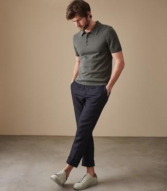 Combinar unos tenis en verde menta: Opta por una camisa polo verde oscuro y un pantalón chino azul marino para un look diario sin parecer demasiado arreglada. Complementa tu atuendo con tenis en verde menta.