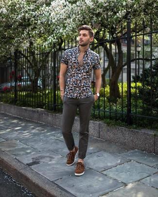 Cómo combinar: tenis de ante marrónes, pantalón chino en gris oscuro, camisa de manga corta con print de flores azul marino