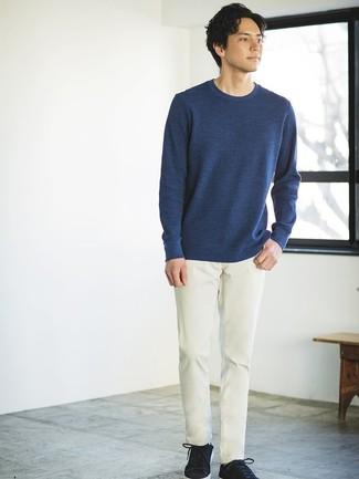 Cómo combinar: tenis de ante negros, pantalón chino en beige, jersey con cuello circular azul marino