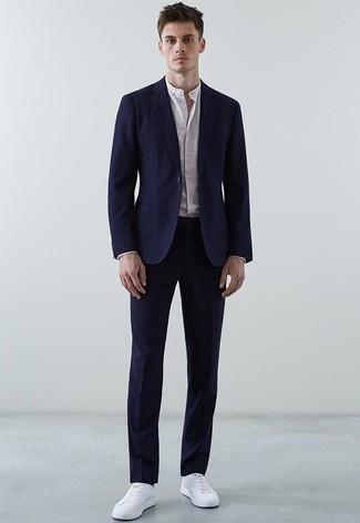Combinar una camisa de manga larga: Usa una camisa de manga larga y un traje azul marino para una apariencia clásica y elegante. ¿Quieres elegir un zapato informal? Elige un par de tenis de cuero blancos para el día.