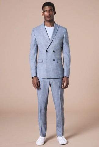 Outfits hombres: Opta por un traje celeste y una camiseta con cuello circular blanca para después del trabajo. Si no quieres vestir totalmente formal, elige un par de tenis de cuero blancos.