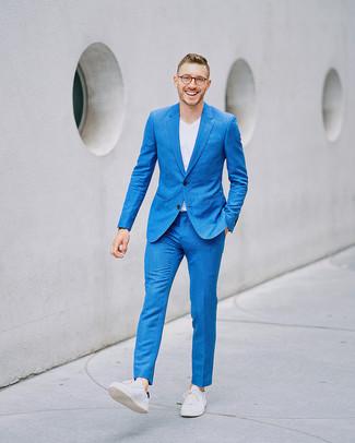 Cómo combinar: tenis de cuero blancos, camiseta con cuello en v blanca, traje azul