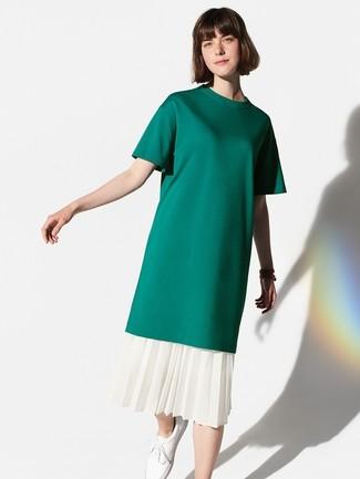 Cómo combinar: tenis de cuero blancos, falda midi plisada blanca, camiseta con cuello circular verde oscuro