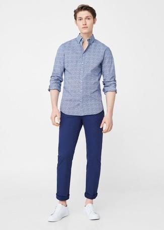 Cómo combinar: tenis de cuero blancos, pantalón chino azul marino, camisa de manga larga con print de flores azul