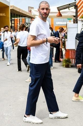 Combinar un pantalón chino azul marino para hombres de 30 años: Opta por una camiseta con cuello circular blanca y un pantalón chino azul marino para una apariencia fácil de vestir para todos los días. Tenis de cuero blancos son una opción buena para complementar tu atuendo.