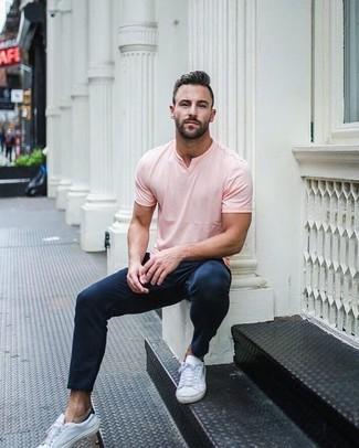 Cómo combinar: tenis de cuero blancos, pantalón chino azul marino, camiseta con cuello en v rosada
