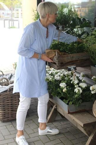 Cómo combinar: tenis de cuero blancos, pantalón chino blanco, túnica de lino celeste