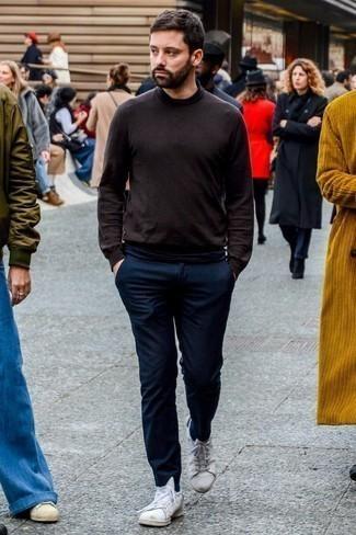 Combinar un jersey de cuello alto en marrón oscuro: Considera ponerse un jersey de cuello alto en marrón oscuro y un pantalón chino de lana azul marino para una apariencia fácil de vestir para todos los días. Para el calzado ve por el camino informal con tenis de cuero blancos.