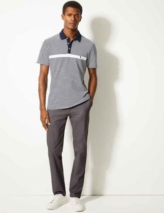 Cómo combinar: tenis de cuero blancos, pantalón chino en gris oscuro, camisa polo de rayas horizontales en azul marino y blanco