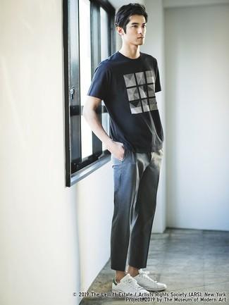 Cómo combinar: tenis de cuero blancos, pantalón chino gris, camiseta con cuello circular estampada en negro y blanco