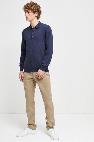 Cómo combinar: tenis de cuero blancos, pantalón chino marrón claro, polo de manga larga azul marino