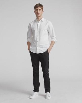 Combinar un pantalón chino negro: Para un atuendo que esté lleno de caracter y personalidad considera ponerse una camisa de manga larga blanca y un pantalón chino negro. Si no quieres vestir totalmente formal, haz tenis de cuero blancos tu calzado.