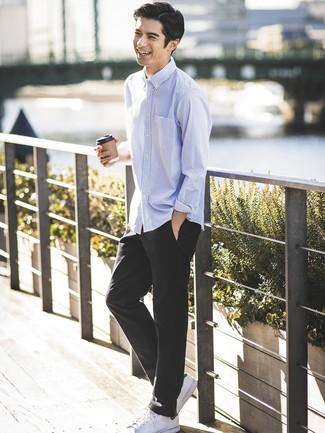 Cómo combinar: tenis de cuero blancos, pantalón chino negro, camisa de manga larga de rayas verticales celeste