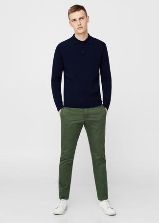 Cómo combinar: tenis de cuero blancos, pantalón chino verde oliva, polo de manga larga azul marino
