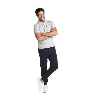 Cómo combinar: tenis de cuero blancos, pantalón de chándal negro, camisa polo gris