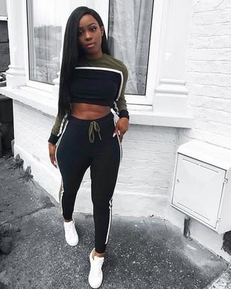 Combinar un jersey corto negro: Considera ponerse un jersey corto negro y un pantalón de chándal negro transmitirán una vibra libre y relajada. Tenis de cuero blancos son una opción inigualable para complementar tu atuendo.