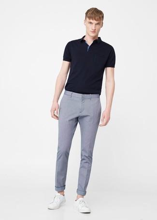 Cómo combinar: tenis de cuero blancos, pantalón de vestir celeste, camisa polo negra
