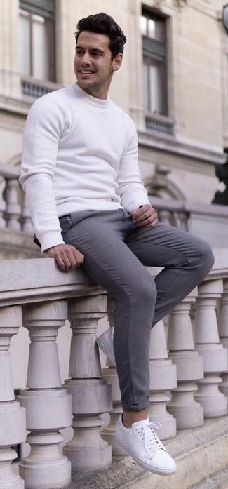Cómo combinar: tenis de cuero blancos, pantalón de vestir de lana gris, sudadera blanca