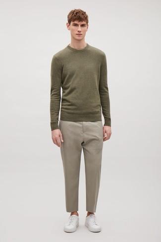 Cómo combinar: tenis de cuero blancos, pantalón de vestir en beige, jersey con cuello circular verde oliva