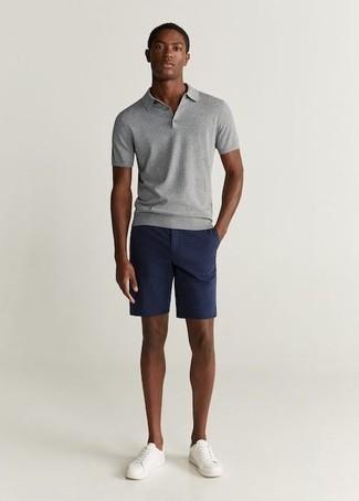 Combinar una camiseta: Empareja una camiseta junto a unos pantalones cortos azul marino para una apariencia fácil de vestir para todos los días. Elige un par de tenis de cuero blancos para mostrar tu inteligencia sartorial.