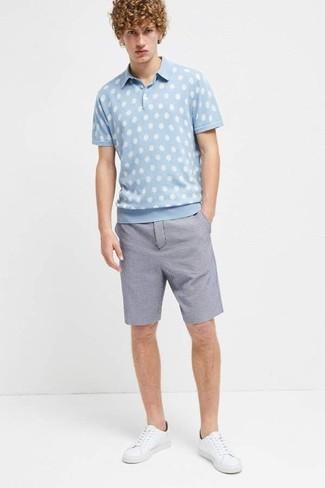 Cómo combinar: tenis de cuero blancos, pantalones cortos de seersucker azules, camisa polo a lunares celeste