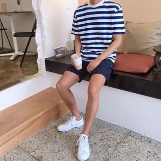 Cómo combinar: tenis de cuero blancos, pantalones cortos negros, camiseta con cuello circular de rayas horizontales en blanco y azul marino