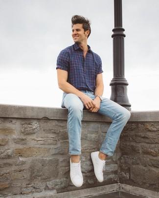 Una camisa de manga corta de vestir con unas zapatillas blancas (69 ... 0ba8b59f149