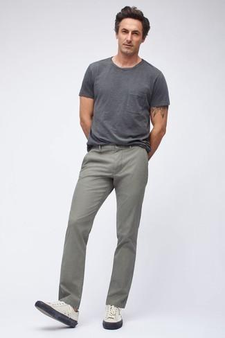 Combinar unos vaqueros grises: Haz de una camiseta con cuello circular en gris oscuro y unos vaqueros grises tu atuendo para una apariencia fácil de vestir para todos los días. Tenis de cuero blancos son una opción estupenda para complementar tu atuendo.