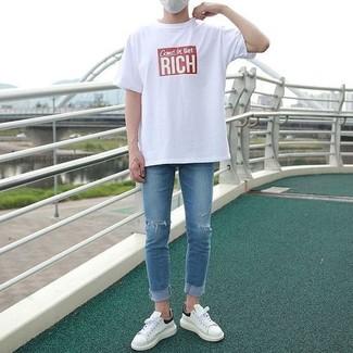 Cómo combinar: tenis de cuero blancos, vaqueros pitillo desgastados azules, camiseta con cuello circular estampada en blanco y rojo