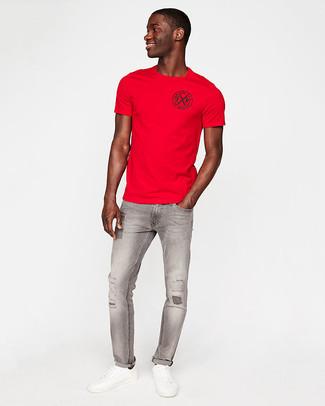 Cómo combinar: tenis de cuero blancos, vaqueros pitillo desgastados grises, camiseta con cuello circular roja