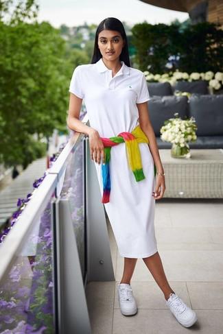 Cómo combinar: tenis de cuero blancos, vestido camisa blanca, jersey de ochos efecto teñido anudado en multicolor