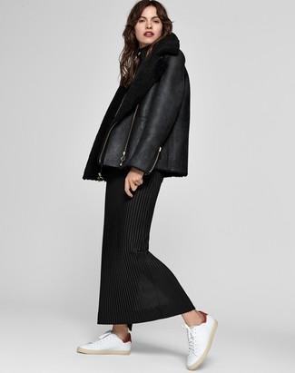 Cómo combinar: tenis de cuero blancos, vestido largo de lana negro, chaqueta de piel de oveja negra