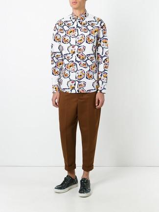 Cómo combinar: tenis de cuero con print de flores negros, pantalón chino en tabaco, camisa de manga larga con print de flores blanca