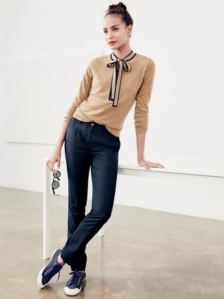 Cómo combinar: tenis de lona azul marino, pantalón chino negro, jersey con cuello circular marrón claro